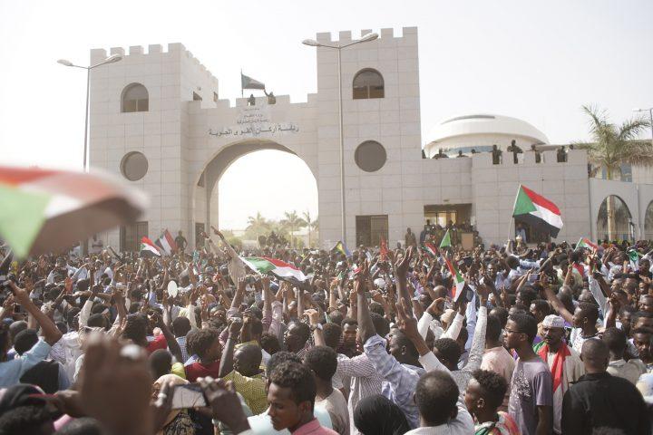 Arab Reform Initiative - سقوط البشير: رسم خريطة قوى الاحتجاجات في السودان